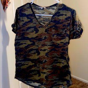Super cute vintage camouflaged V neck a apparel V
